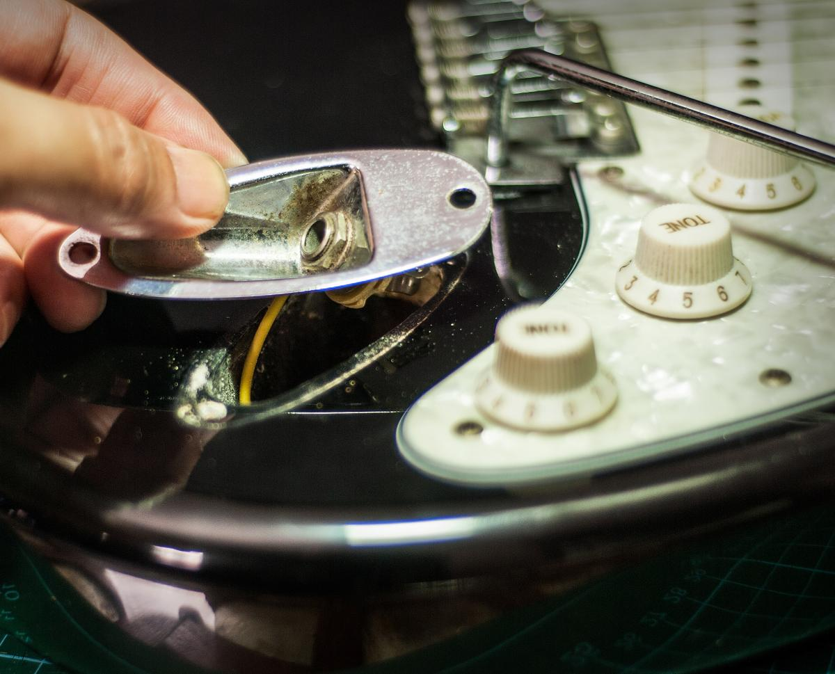 replacing the output jack on an electric guitar | proaudioland musician news  proaudioland
